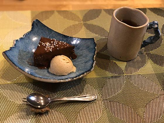 小豆のガトーショコラ、 カシューナッツ入り甘酒バニラアイスに 高キビと黒糖酒と甘酒で作ったチョコレート風ソースがけ
