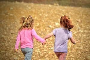 手をつなぐ子供